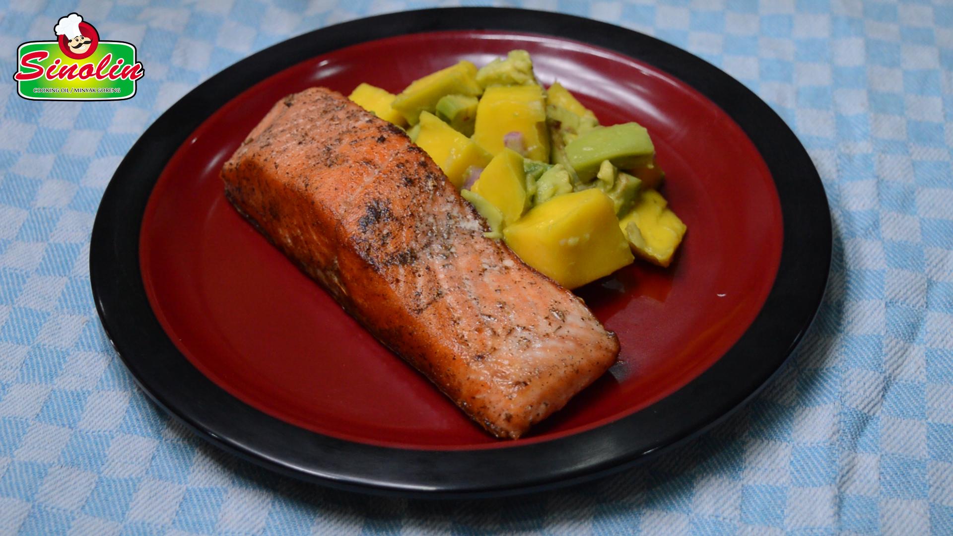 Salmon Panggang Dengan Alpukat Dan Ayam Mangga Oleh Dapur Sinolin