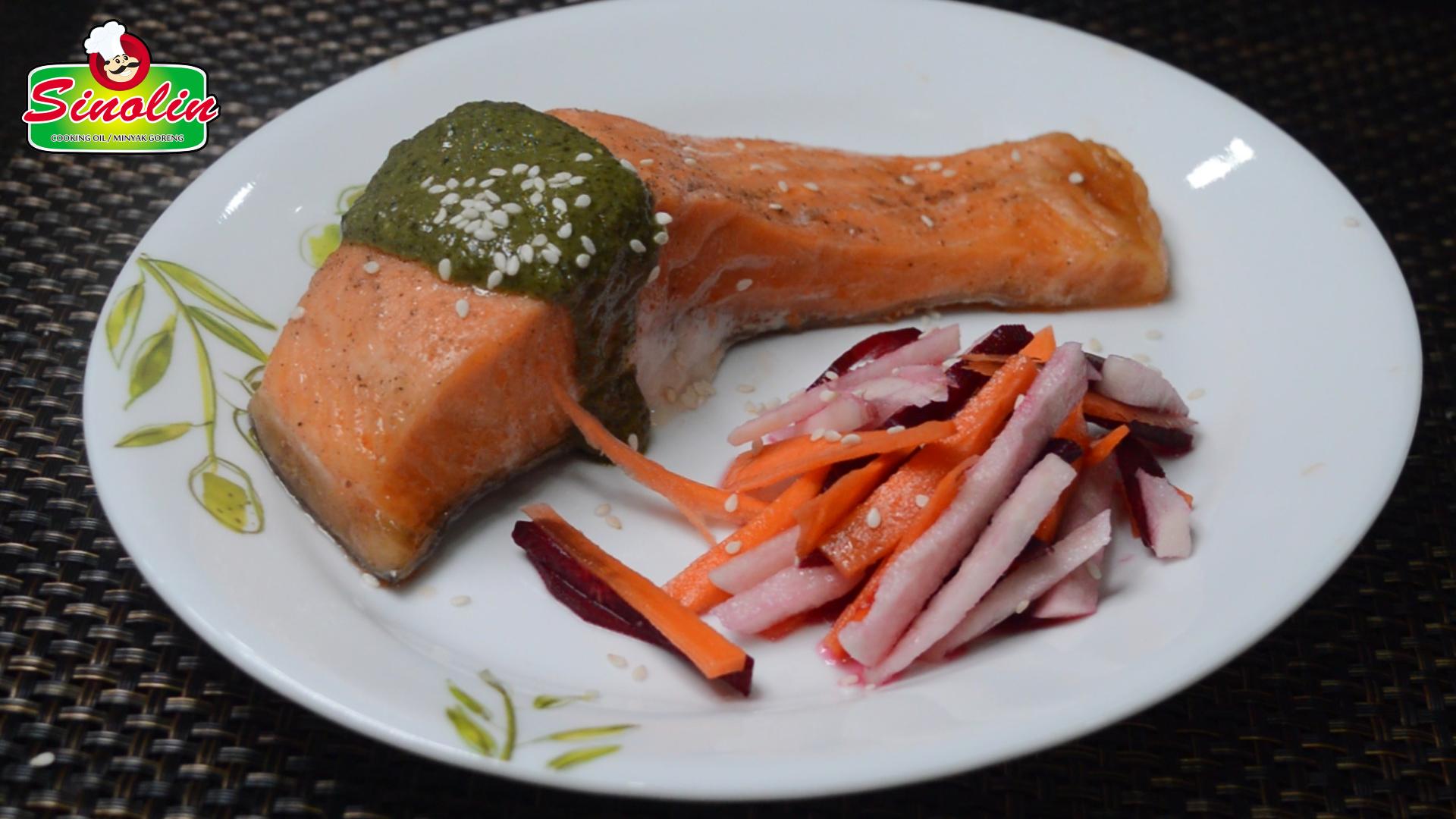 Salmon Panggang Dengan Saus Pesto & Salad Bit Oleh Dapur Sinolin