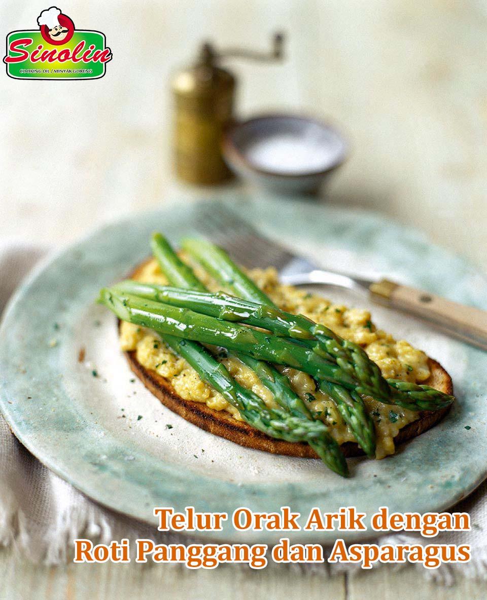 Telur Orak Arik Dengan Roti Panggang dan Asparagus oleh Dapur Sinolin