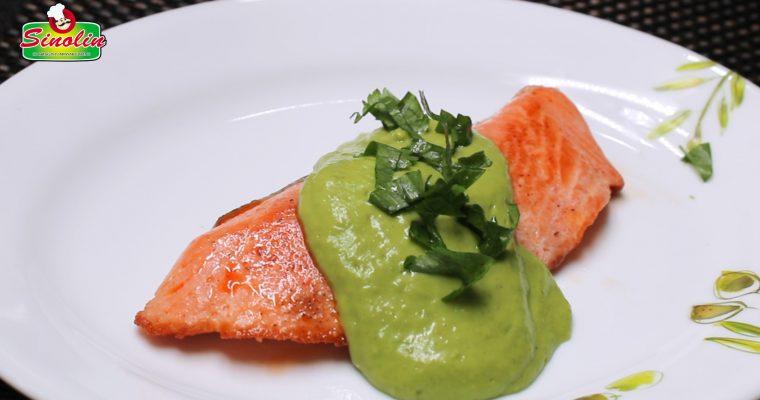 Salmon Pan-Seared dengan Saus Alpukat Krim oleh Dapur Sinolin