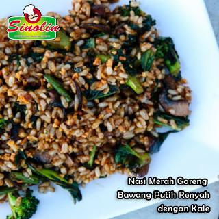 Nasi Merah Goreng Bawang Putih Renyah dengan Kale Oleh Dapur Sinolin