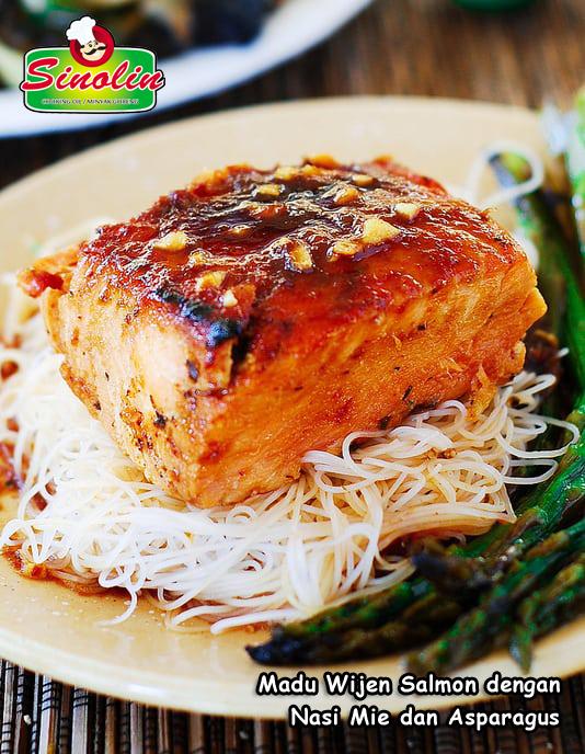 Resep Madu Wijen Salmon dengan Nasi Mie dan Asparagus Oleh Dapur Sinolin